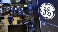 """""""GE"""" – das Logo von General Electric: in einem Handelsraum der New Yorker Börse"""