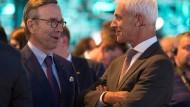 Selbstkritische Worte: VW-Chef Matthias Müller (rechts) im Gespräch mit dem Präsidenten des Auto-Verbandes VDA, Matthias Wissmann, am Montag in Frankfurt.