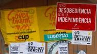 Freiheit, Würde, Ungehorsam: politische Wandbemalung der Unabhängigkeitsbefürworter in Barcelona