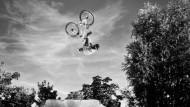 Hoch hinaus: Yannick beim Mountainbike-Slopestyle-Fahren.
