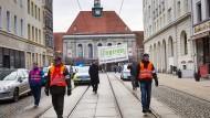 """Ungebetene Gäste: Ordner der IG Metall umringen zwei Gewerkschafter von """"Zentrum"""" in Görlitz."""