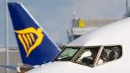 Ein Flugzeug von Ryanair rollt am Flughafen von Dublin über das Rollfeld.