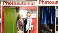 Die Mentorin und ihr Schützling. Eigentlich sollen Karina und Annika über Alltagssorgen reden. Manchmal haben sie aber einfach nur Spaß – wie im Fotoautomaten in der Nähe der Reeperbahn.