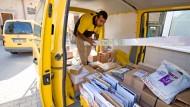 Noch kommen viele Briefe und Päckchen analog – der Post gefällt das nicht.
