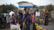Tsigee Worku vor einem Wasserkiosk, an dem die Dorfbewohner mit sauberem Wasser versorgt werden.