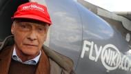 Ein Bild aus guten, alten Zeiten: Niki Lauda im April 2010 nach einem Testflug mit der Fluglinie Niki auf dem Salzburger Flughafen. Nun würde der ehemalige Rennfahrer gerne die insolvente Fluglinie Niki wieder übernehmen.