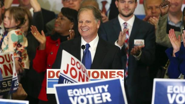 Demokrat Jones gewinnt überraschend Senats-Nachwahl in Alabama