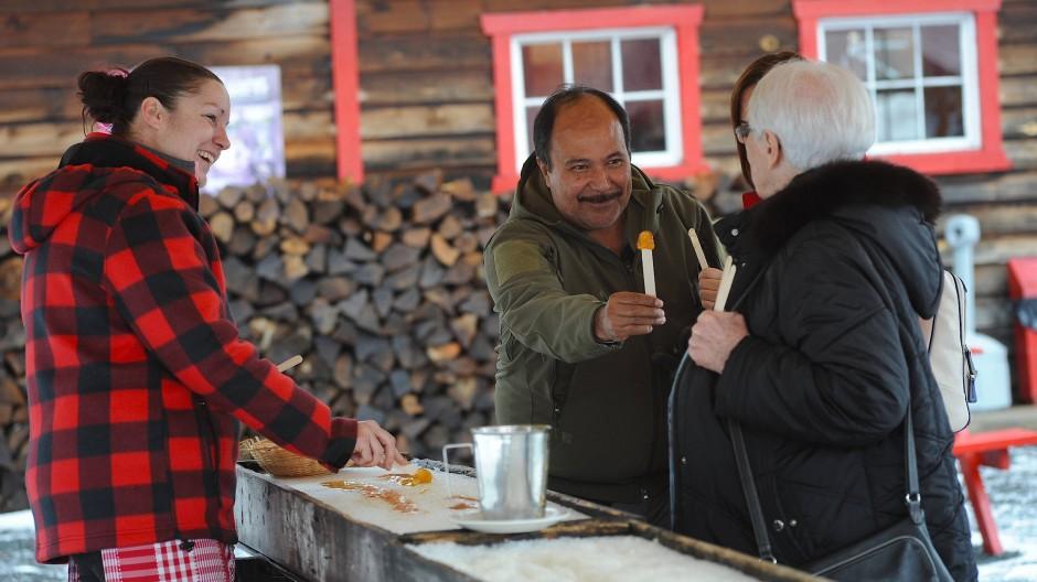 """Lutscher statt Dessert: Beim """"tire sur neige"""" wird Ahornsirup auf Eis gegossen und mit einem Stäbchen aufgewickelt."""