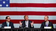 Finanzminister Mnuchin und Präsident Trump am Mittwoch in Missouri.