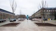 Zum Verweilen: die Friedrich-Ebert-Allee in Wiesbaden ist zwischen Landesmuseum (rechts) und Kongresszentrum (links) neu gestaltet worden.