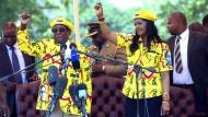 Zimbabwes Präsident Robert Mugabe singt mit seiner Frau Grace Anfang November in Harare den Wahlspruch seiner Partei.