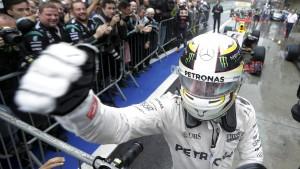 Hamilton bleibt der Coolste im Regen-Chaos