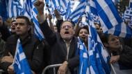 Demonstranten am Sonntag auf dem griechischen Parlament in Athen