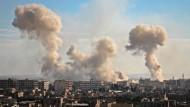 Rauch steigt über Mesraba in der syrischen Region Ost-Ghouta auf, nachdem der Ort von syrischen Regierungstruppen bombardiert wurde.