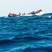Flüchtlinge warten vor der libyschen Küste auf einen Rettungseinsatz von SOS Méditerranée und italienischer Küstenwache.