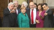 Unterschiedliche Größenvorstellungen: Bundeskanzlerin Angela Merkel (CDU) mit Spitzenvertretern von Union und Grünen auf dem Balkon der Parlamentarischen Gesellschaft in Berlin