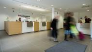 Die Deutschen wissen wenig mit ihrem Geld anzufangen: Filiale der HypoVereinsbank in München.