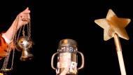 Die Sternsinger ziehen mit Weihrauch, einer Sammelbüchse für Spenden und einem Stern als Zeichen für die Heiligen Drei Könige von Haus zu Haus.