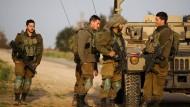 Israelische Soldaten stehen am 17. Februar 2018 am Grenzzaun zum Gazastreifen