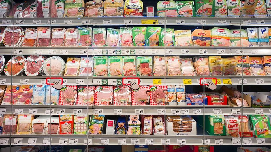 An der Fleischtheke wandert die Wurst in einigen Märkten ab sofort direkt in die Frischhaltedose. (Symbolbild)