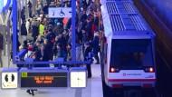 Ein voller Bahnsteig in Hamburg