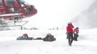 Eingeschneit: Nach Zermatt gelangt man zurzeit nur auf dem Luftweg.