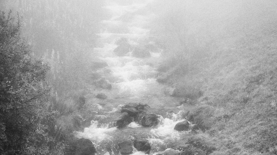 Wasser gibt es im Vinschgau, hier oberhalb von Schlinig, in rund 1800 Meter Höhe an einem nebligen Herbstmorgen, genug. Wasser für das Netzwerk der Waale.