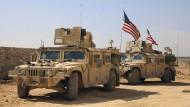 Ihre Präsenz gefällt Ankara nicht: Amerikanische Truppen in den Außenbezirken der Stadt Manbidsch in Nordsyrien