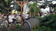 Wunsch der Weinbauern: Geht es nach den Winzern, dann besuchen mehr Ausflügler im Rheingau künftig Gutsschänken und Weingüter.