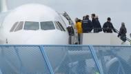 Lange her: Abgelehnte Asylbewerber steigen im Februar 2015 am Baden-Airport in Rheinmünster in ein Flugzeug.