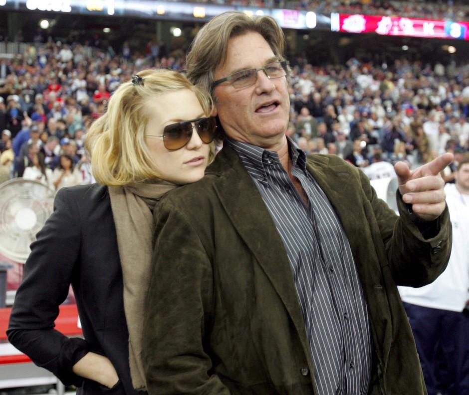 Familienmensch: Kurt Russell und seine Stieftochter, die Schauspielerin Kate Hudson stehen in Glendale beim Super Bowl XLII zusammen auf dem Platz.