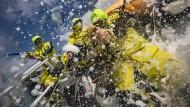 Stress pur: Auf einer Etappe des Ocean Race gibt es für die Crewmitglieder kein Entkommen vor den Widrigkeiten des Wetters.