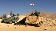 Siegerposen im Niemandsland: libanesische Soldaten im Grenzgebiet zu Syrien