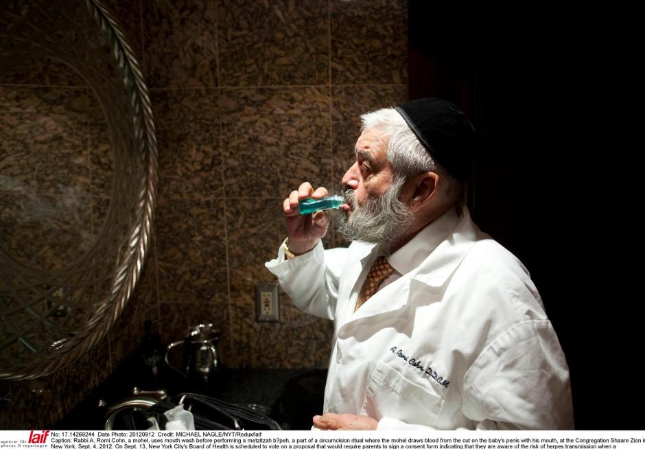 Vorbereitung: Rabbi Cohn spült den Mund mit antiseptischem Mundwasser aus