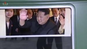 Der nordkoreanische Machthaber Kim Jong-un winkt am Bahnhof im chinesischen Dandong aus einem Zug heraus.