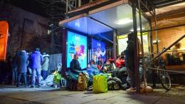 Hunderte Turnschuh-Fans warten auf Fahrschein-Sneaker