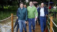 Das Handy bleibt eingeschaltet: Mariano Rajoy (Mitte) auf Spaziergang in Galizien