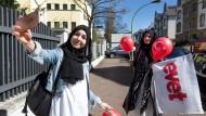 """In Hessen lebende Türkinnen vor dem türkischen Generalkonsulat in Frankfurt. Dort werden sie wohl mit """"Evet - Ja"""" für die Verfassungsänderung von Erdogan stimmen."""