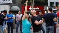 Menschen in Mexiko strömen nach einem Erdbeben auf die Straße.