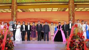 Alle zusammen: Xi Jinping und Kim Jong-un am Montag in der Großen Halle des Volkes in China