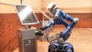 """Astronaut steuert Roboter """"Justin""""  auf der Erde"""