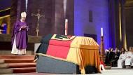 Der Speyerer Bischof Karl-Heinz Wiesemann leitet die Totenmesse vor ca. 1500 Gästen.