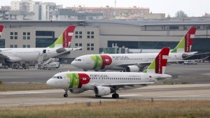 Betrunkener Kopilot: Passagiere sitzen drei Tage fest