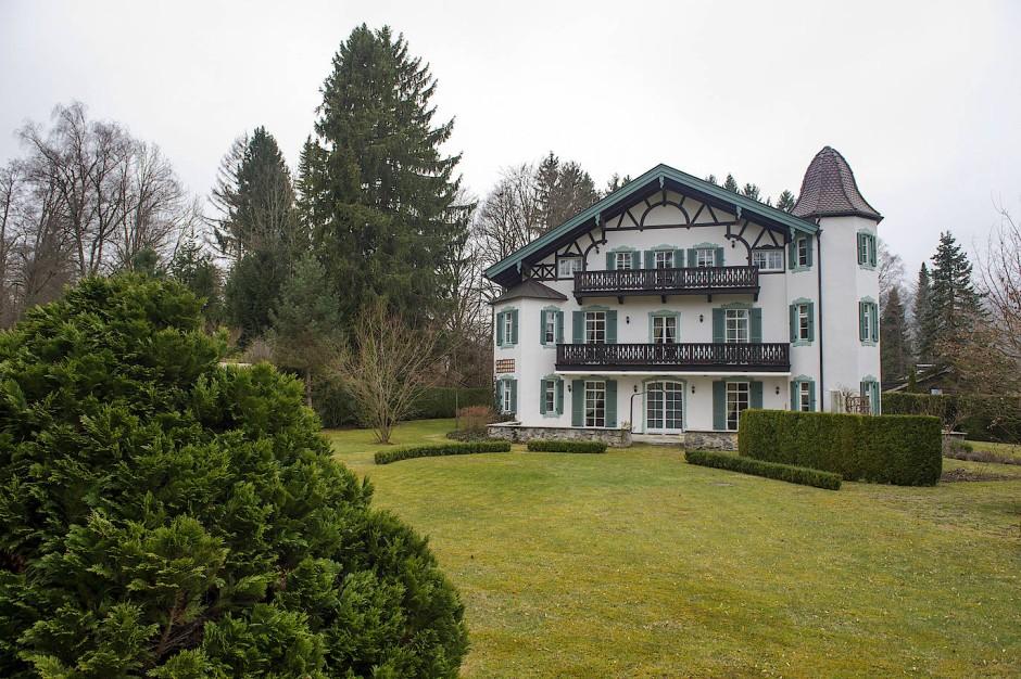 """Michael Gorbatschows Villa in Rottach-Egern, das """"Hubertus Schlösschen"""",  steht für 7 Millionen zum Verkauf. """"Eine Preziose"""", sagt der Makler."""