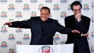 Im Aufschwung: Silvio Berlusconi und sein Parteifreund Attilio Fontana in Mailand beim Wahlkampf