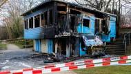 """Abgebrannte Begegnungsstätte: Das """"Blaue Haus"""" ist komplett zerstört."""