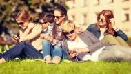 """""""Hi"""" und """"Wie geht's?"""" und Emojis über Emojis: Wofür Jugendliche in Deutschland ihr Smartphone wirklich nutzen."""