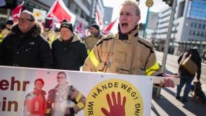 Rettungskräfte demonstrieren gegen Angriffe