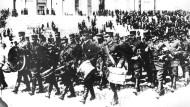 Finnische Truppen paradieren im Mai 1917 durch Helsinki. Finnland erklärte kurz nach der russischen Oktoberrevolution seine Unabhängigkeit.