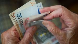 Frauen erhalten nur halb so viel Rente wie Männer